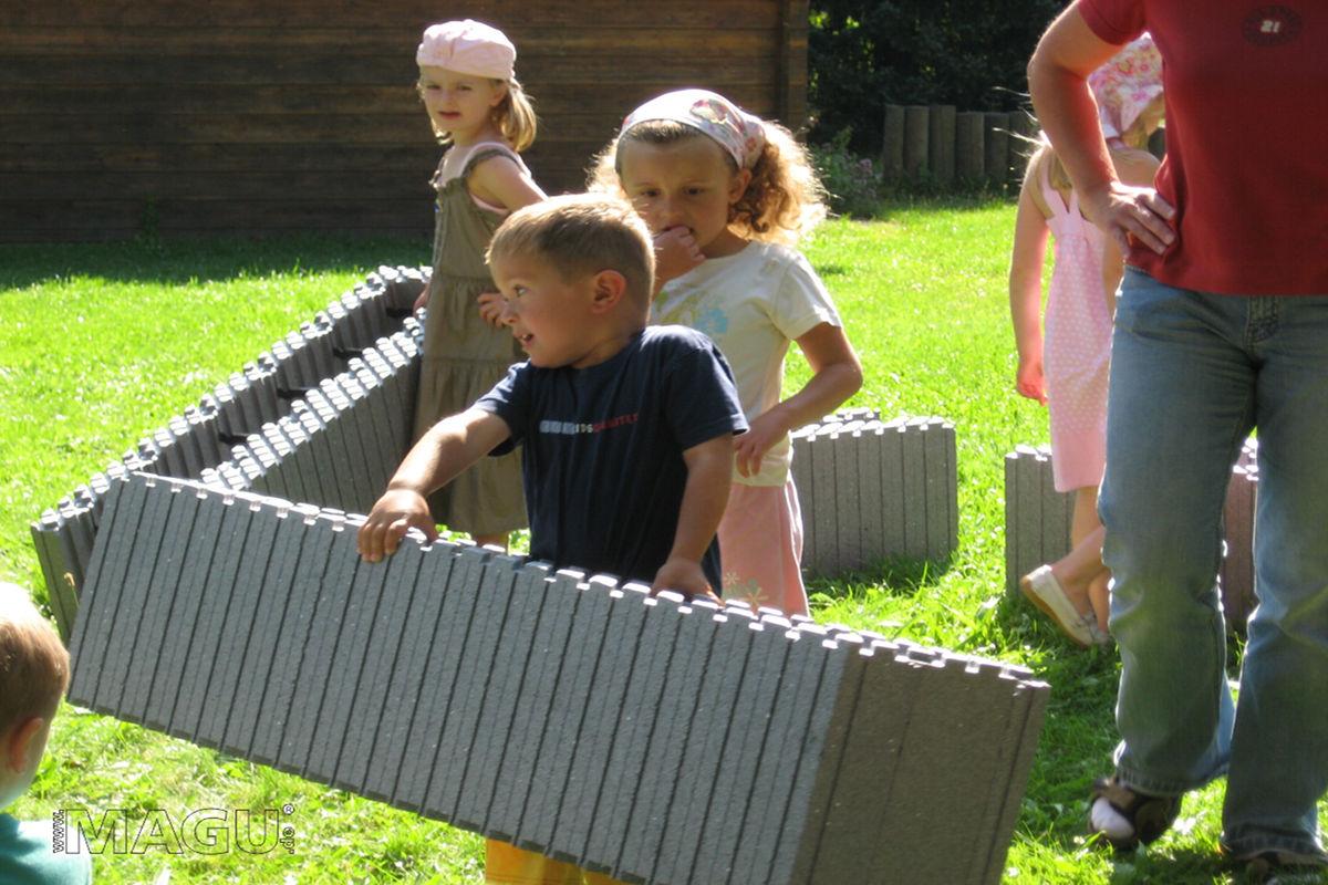 Fakten zu Magu-Bausysteme - Kinder tragen Magu Styroporsteine